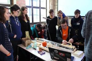 Strickmaschinenworkshop auf dem OpenTechSummit